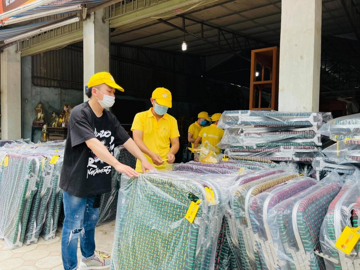 Tùng Dương mua sắm trang thiết bị gửi cho TP.HCM. (Ảnh: NVCC)