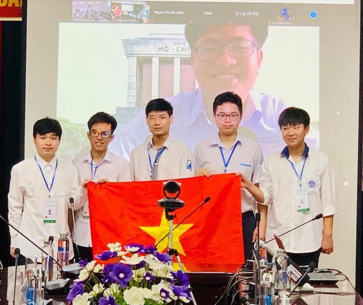 Đỗ Bách Khoa (đứng giữa) đoạt huy chương Vàng Toán học Olympic quốc tế 2021.