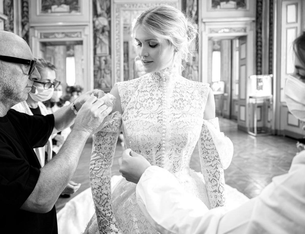 Chiếc váy cưới cũng được lấy cảm hứng từ chính thiết kế váy cưới của mẹ cô vào 32 năm trước và cũng được sáng tạo bởi nhà mốt Dolce & Gabbana may hoàn toàn thủ công trong vòng 6 tháng.
