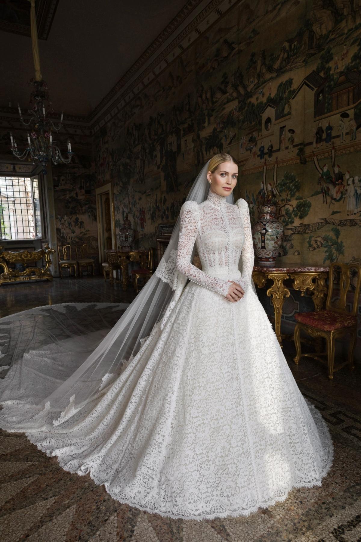 Trong đám cưới với ông chủ chuỗi thời trang đường phố Whistles nổi tiếng, Lady Kitty Spencer - cháu gái Công nương Diana mặc váy cưới lộng lẫy đến từ thương hiệu Dolce&Gabbana.
