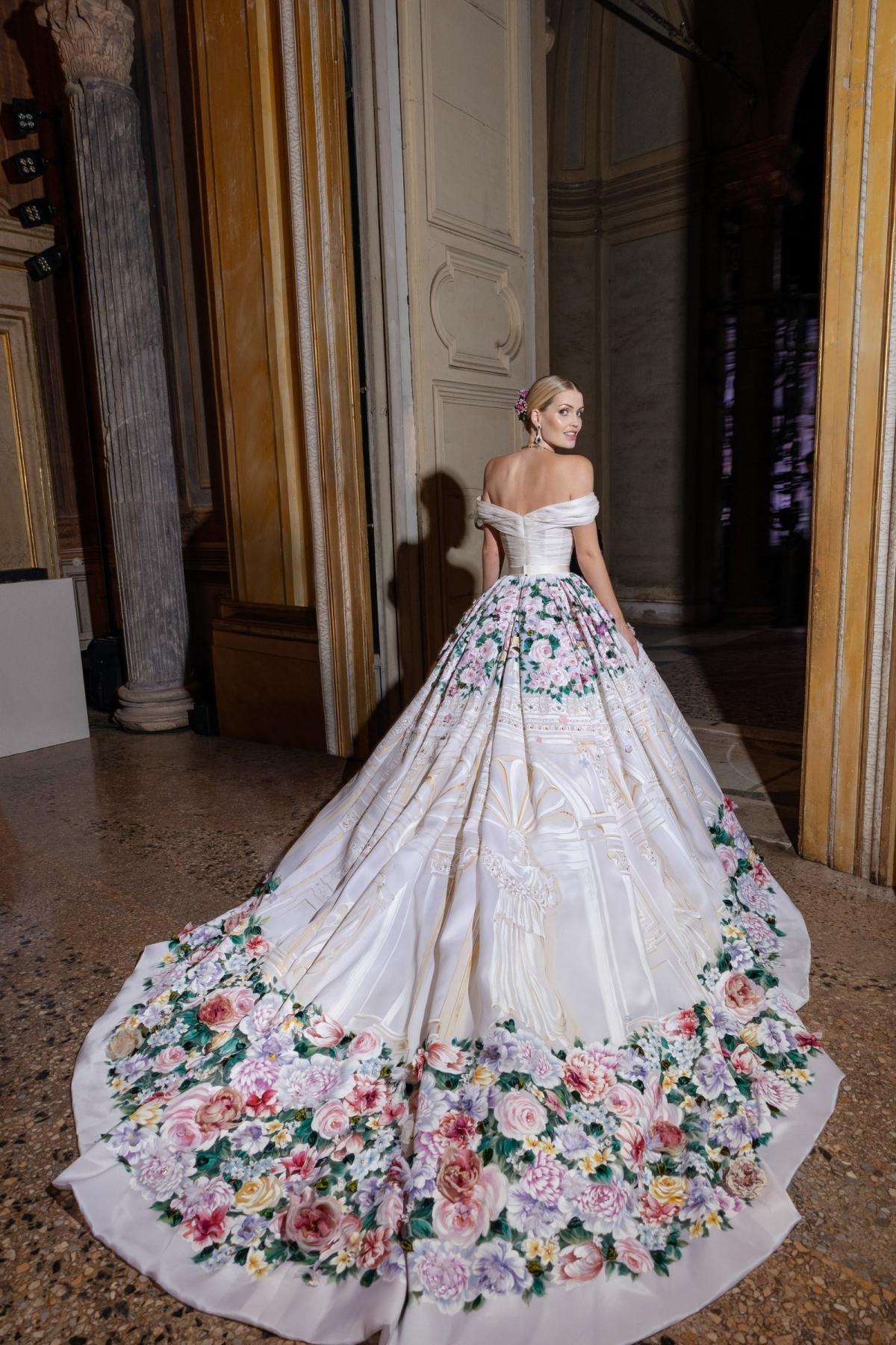 Một thiết kế khác được Kitty mặc trong đám cưới ở lâu đài là bộ trang phục váy lụa Mikado đính kết hạt sequins nhỏ và những bông hoa.