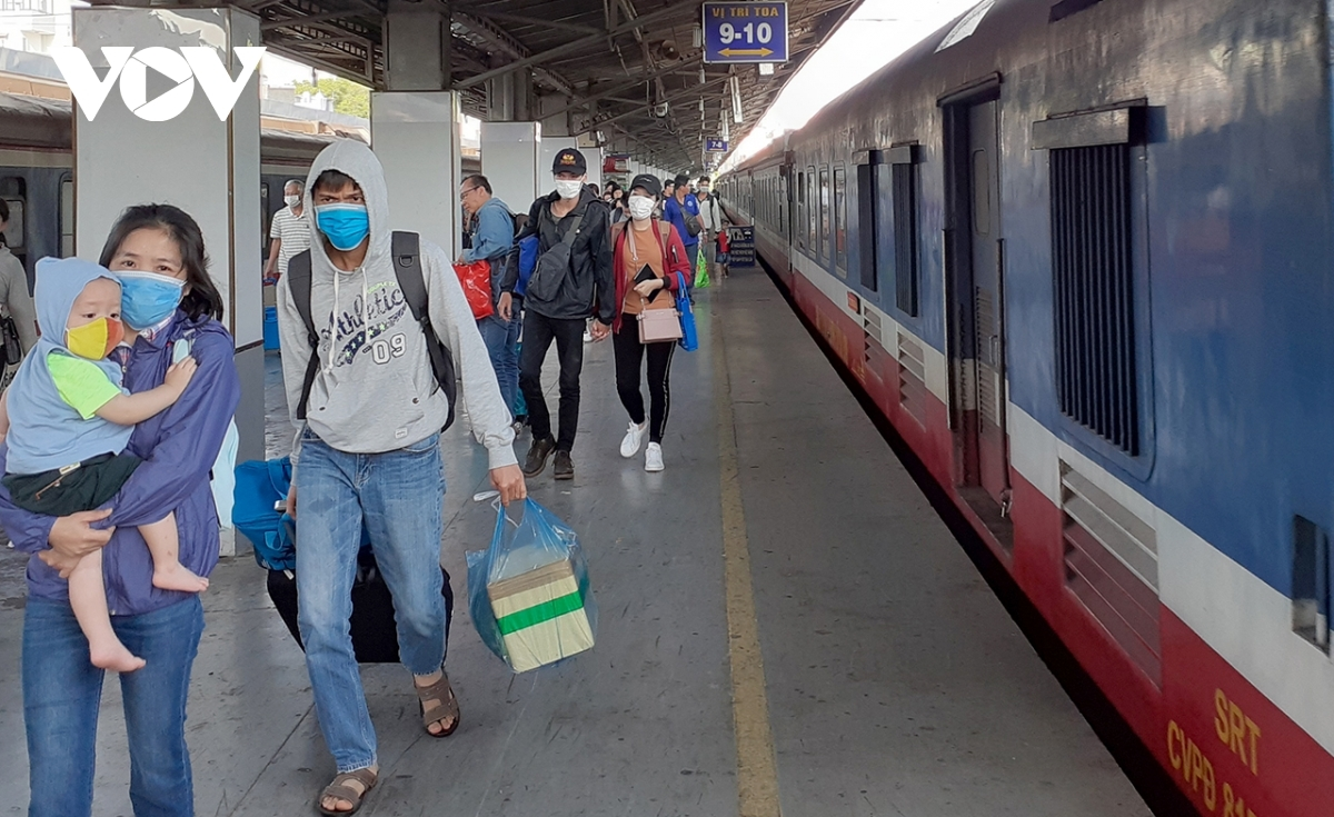 Ngành đường sắt đã và đang làm việc với Ủy ban Nhân dân các tỉnh Nghệ An, Quảng Trị, Quảng Nam… để tiếp tục tổ chức các đoàn tàu chuyên biệt đưa người dân các tỉnh về quê an toàn.