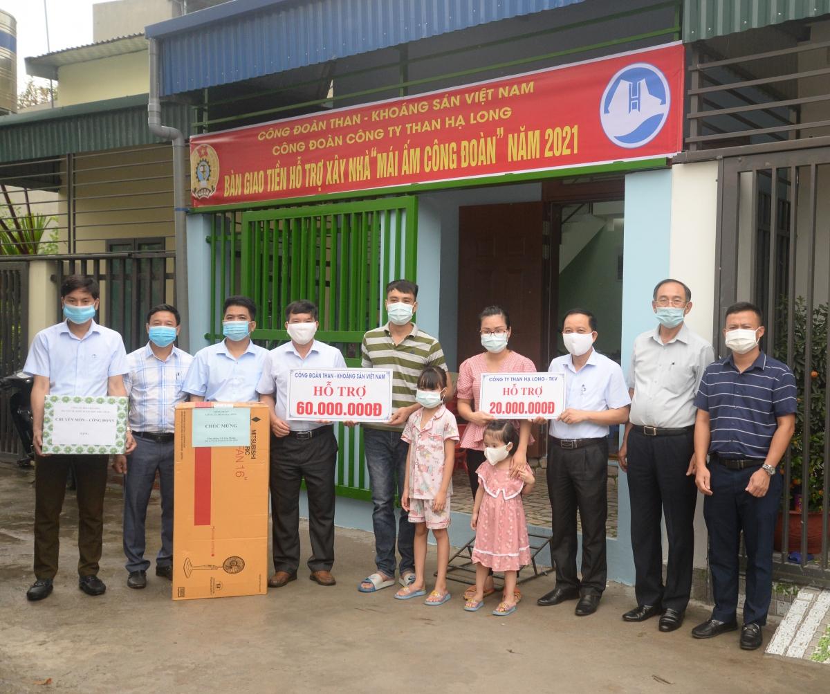 """Trao tặng """"Mái ấm Công đoàn"""" cho gia đình anh Vũ Văn Thắng, phường Cẩm Thạch, thành phố Cẩm Phả, tỉnh Quảng Ninh."""