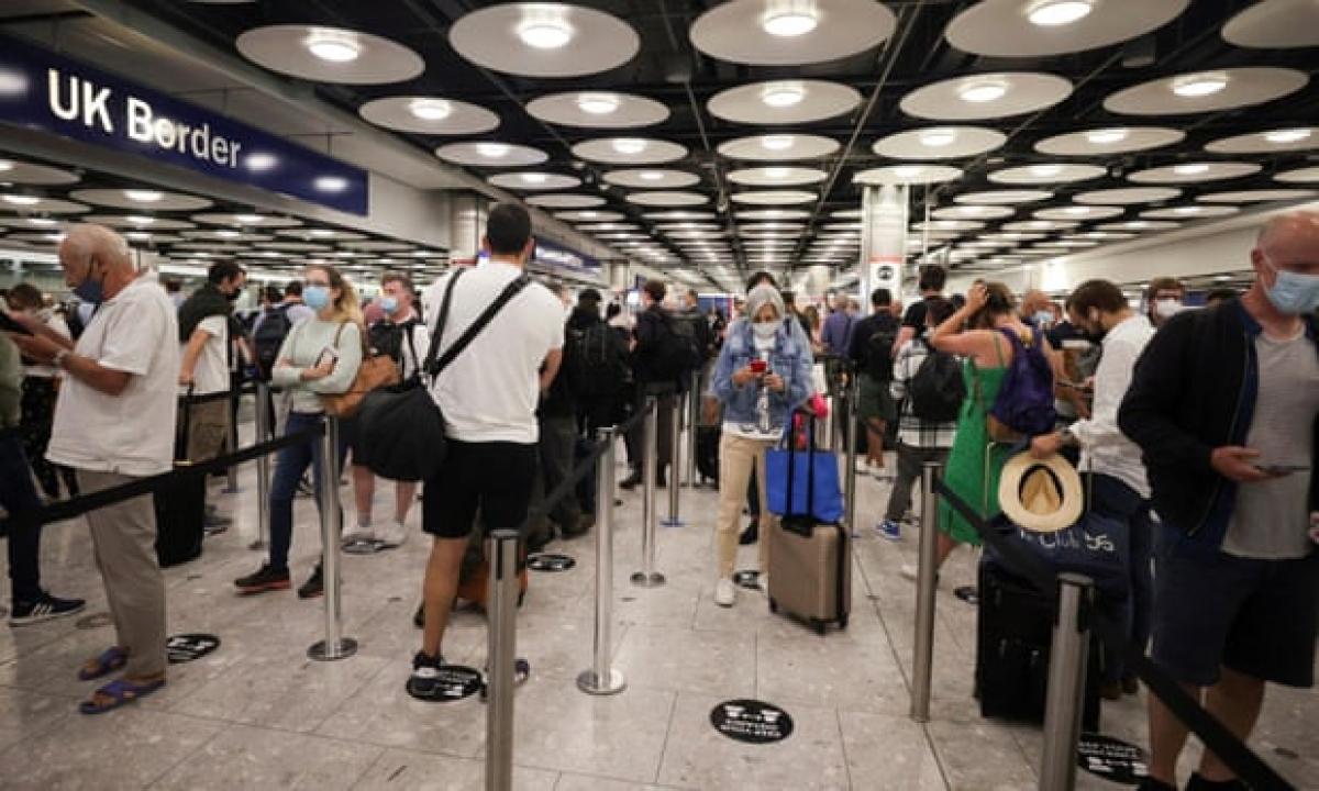 Du khách đến sân bay tại Anh. Ảnh: The Guardian