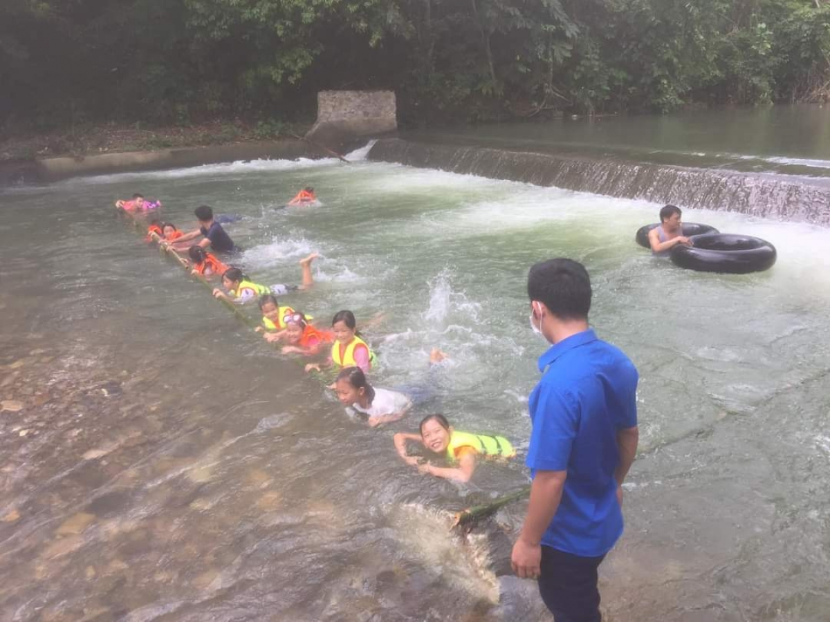 Dạy trẻ học bơi tại xã Giáo Hiệu, huyện Pác Nặm.