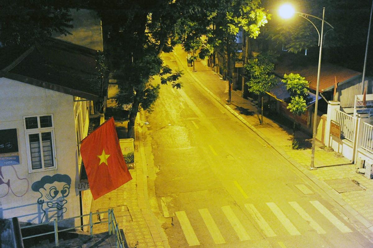 Phố Phó Đức Chính (quận Ba Đình, nơi thường xuyên có các hàng lẩu, ăn tối) vắng vẻ lúc 20h ngày 27-7.