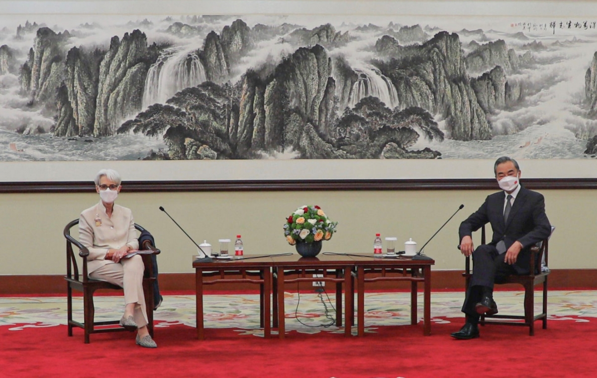 Ngoại trưởng Trung Quốc tiếp Thứ trưởng Ngoại giao Mỹ Wendy Sherman tại Thiên Tân ngày 26/7. (Nguồn: Politico).
