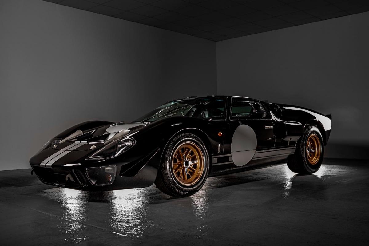 """Superformance là nhà sản xuất xe hơi thể thao đến từ Mỹ chuyên đảm trách các dự án tái sản xuất, mô phỏng lại như thật những chiếc xe đua như Shelby Cobra, Shelby Daytona hay """"đỉnh"""" hơn là Ford GT40 trong suốt 25 năm qua"""