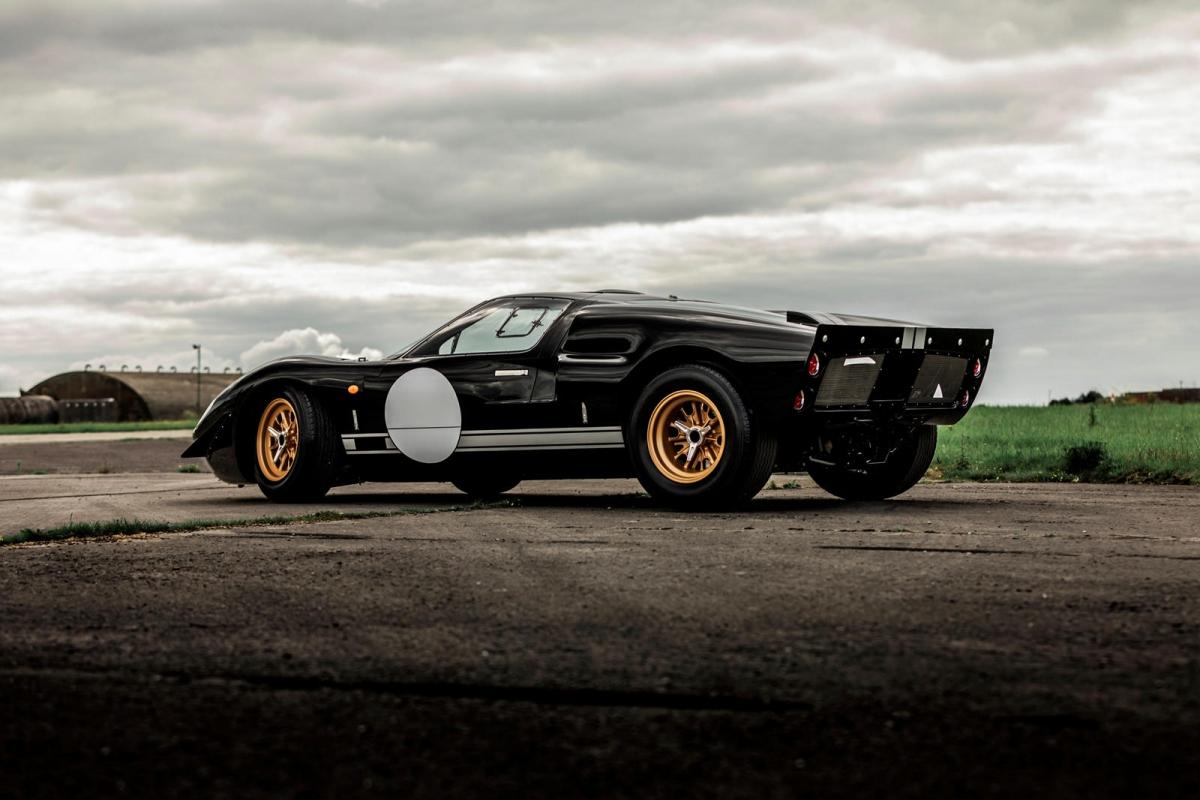 Nguyên bản, phiên bản làm lại của Ford GT40 do Superformance tái bản được trang bị động cơ V8, dung tích 7.0 lít, tạo công suất 485 mã lực giống với nguyên bản đầu tiên của mẫu xe đua này.