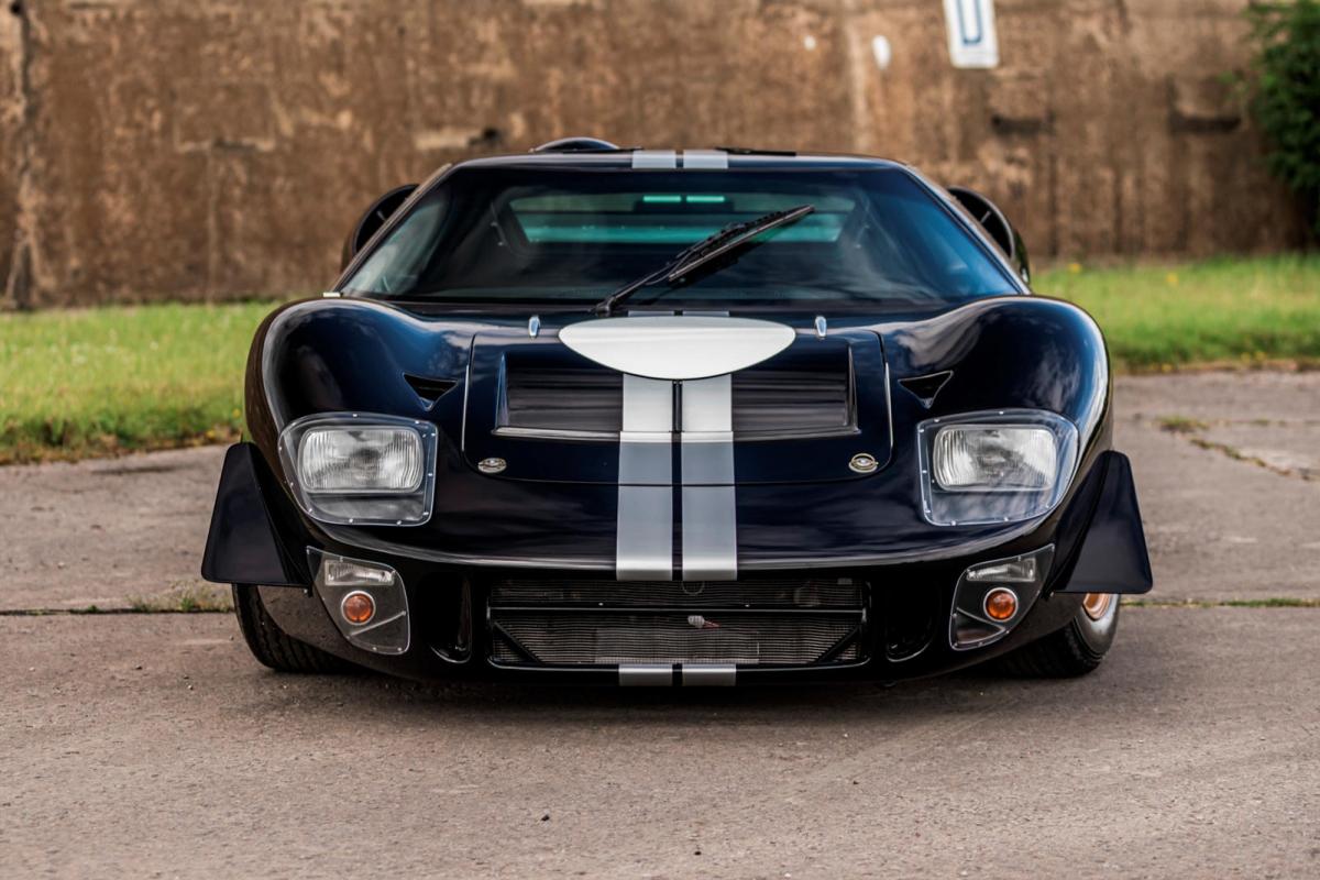 Ford GT40 không còn là một mẫu xe xa lạ với người mê xe trên khắp thế giới. Đó là mẫu xe được Ford hợp tác phát triển cùng Shelby American của Carroll Shelby để cạnh tranh trực tiếp cùng Ferrari tại Le Mans 24h. Chiếc xe đã thực sự thành công khi đã giành đến bốn chiến thắng liên tiếp tại đường đua này.