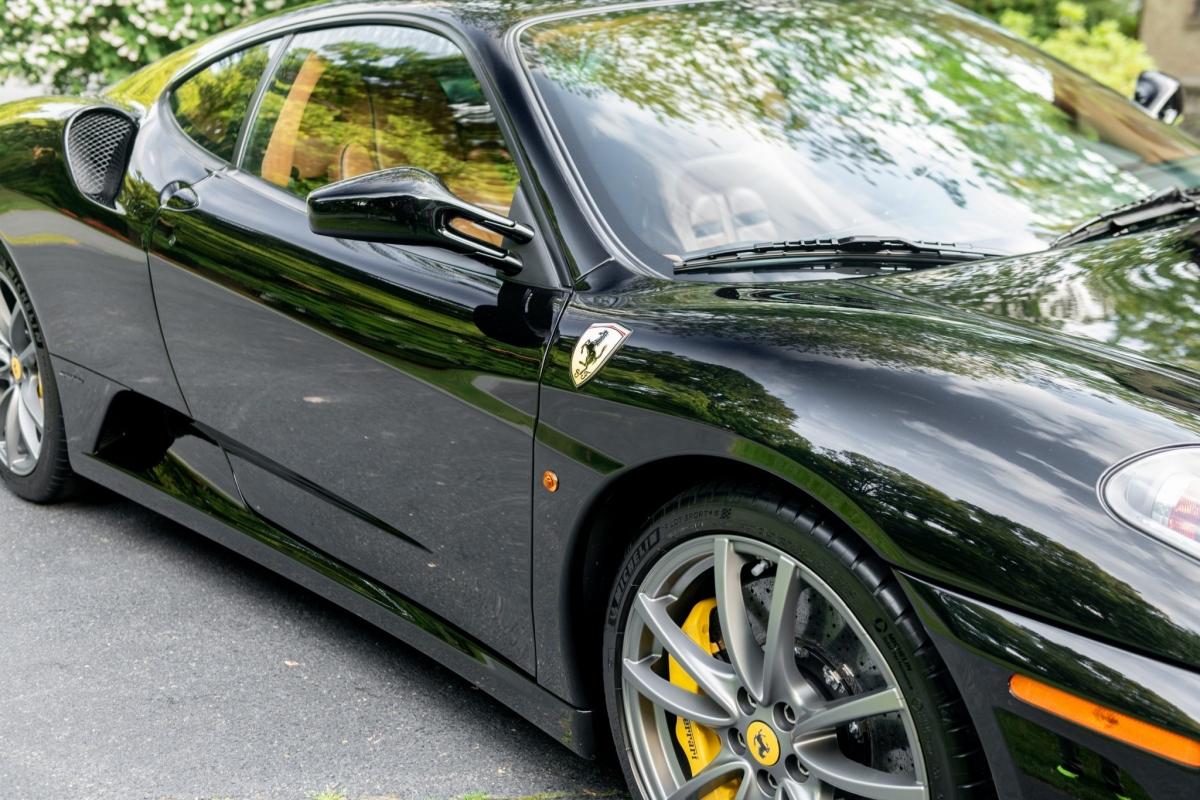 Chiếc F430 được trang bị động cơ V8 với 483 mã lực với hợp số hiện đại hóa sáu số F1.
