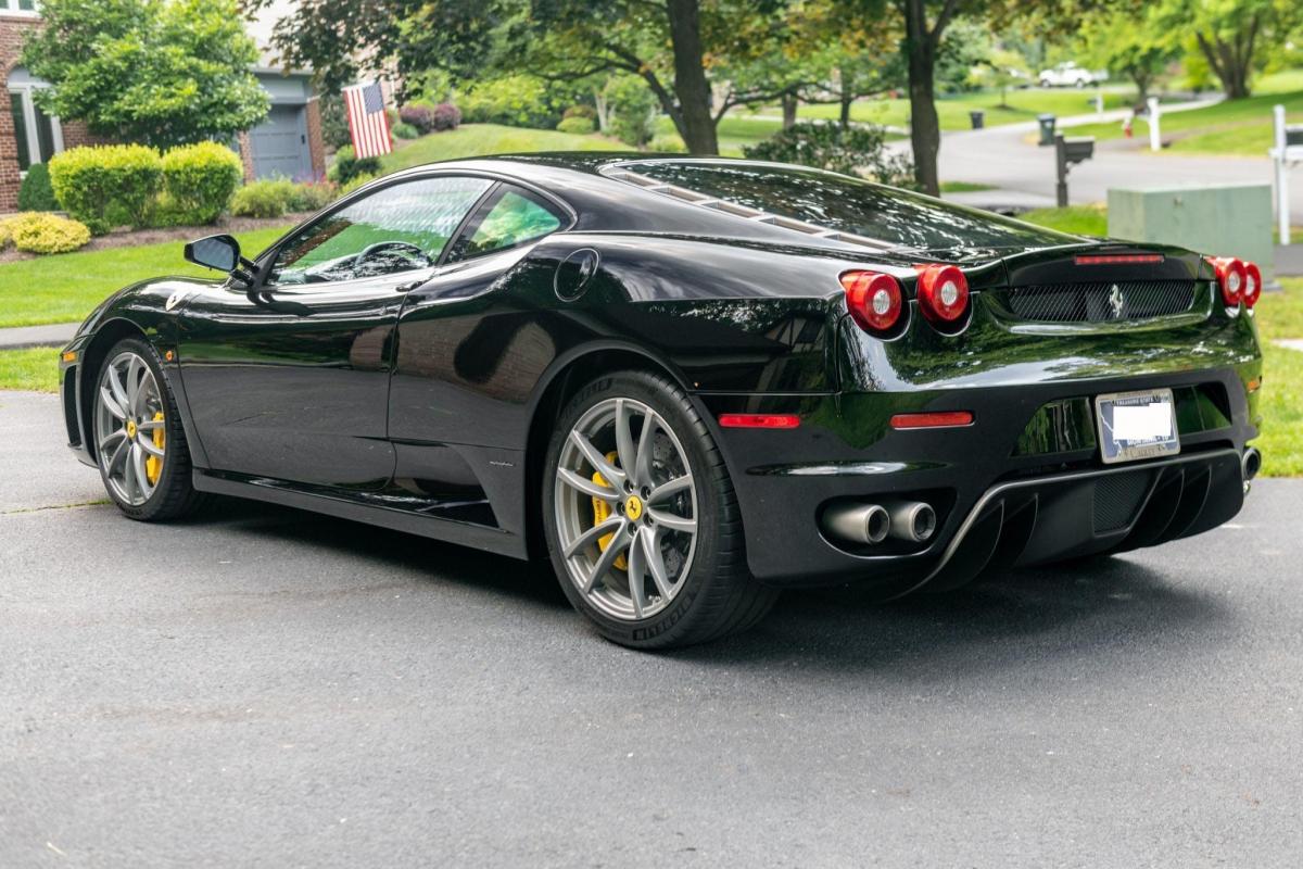 Chiếc xe đã chạy được 40000 km được chăm chút kĩ lưỡng và hợp với những người đam mê xe Ferrari.