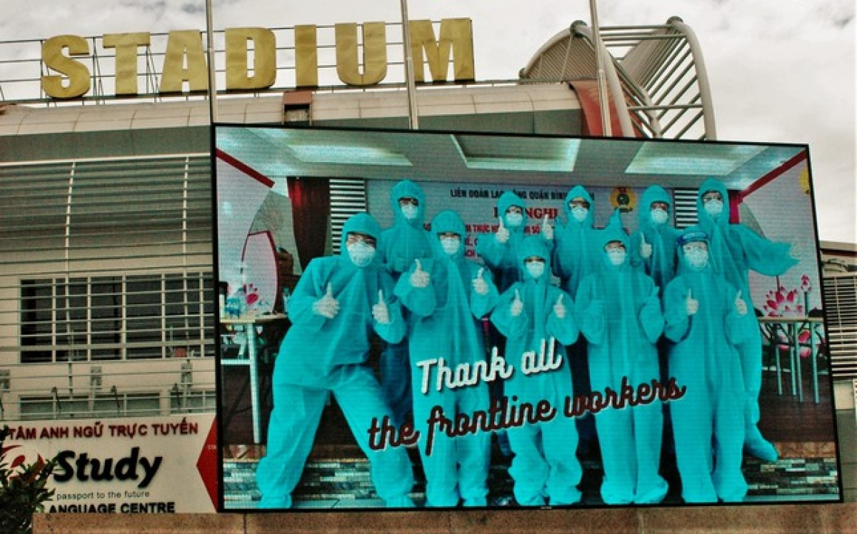 A large-size poster shows the sincere thanks of expats to frontline workers during the ongoing COVID-19 fight.