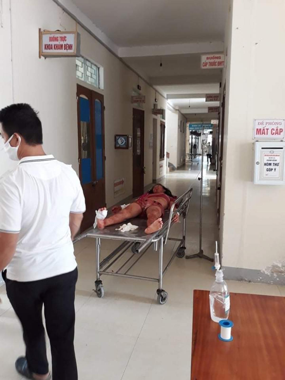 Xe cứu thương chở người chồng cùng con gái bị thương vào bệnh viện cấp cứu sau án mạng.