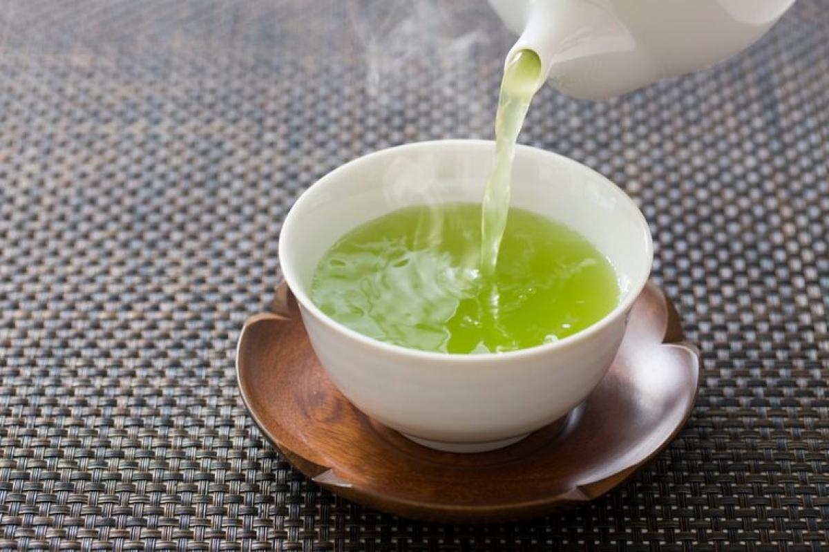 Trà xanh: Nghiên cứu đã cho thấy trà xanh có thể giúp giảm sưng và chảy máu khi bị viêm lợi, nhờ có hàm lượng chất chống oxy hóa dồi dào giúp giảm viêm trong khoang miệng. Các polyphenol trong trà xanh cũng có thể ngăn chặn sự phát triển của các vi khuẩn gây viêm lợi.