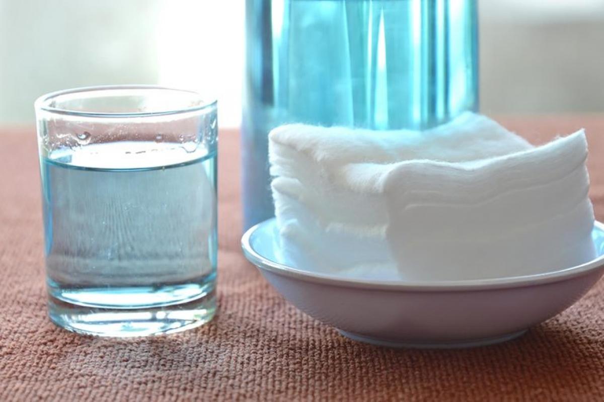 Oxy già: Súc miệng với hydrogen peroxide, hay thường gọi là oxy già, có thể giúp tiêu diệt các vi khuẩn gây viêm lợi, vì oxy già là một chất sát trùng hiệu quả. Bạn có thể hòa loãng oxy già 3% mua tại hiệu thuốc với nước theo tỉ lệ 1:1 để tạo dung dịch nước súc miệng.