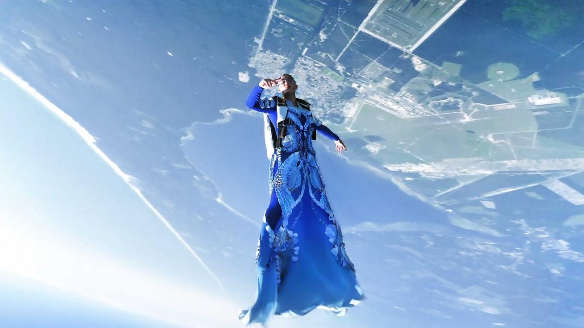 Domitille Kiger diện thiết kế của Iris Van Herpen trình diễn khi nhảy dù.