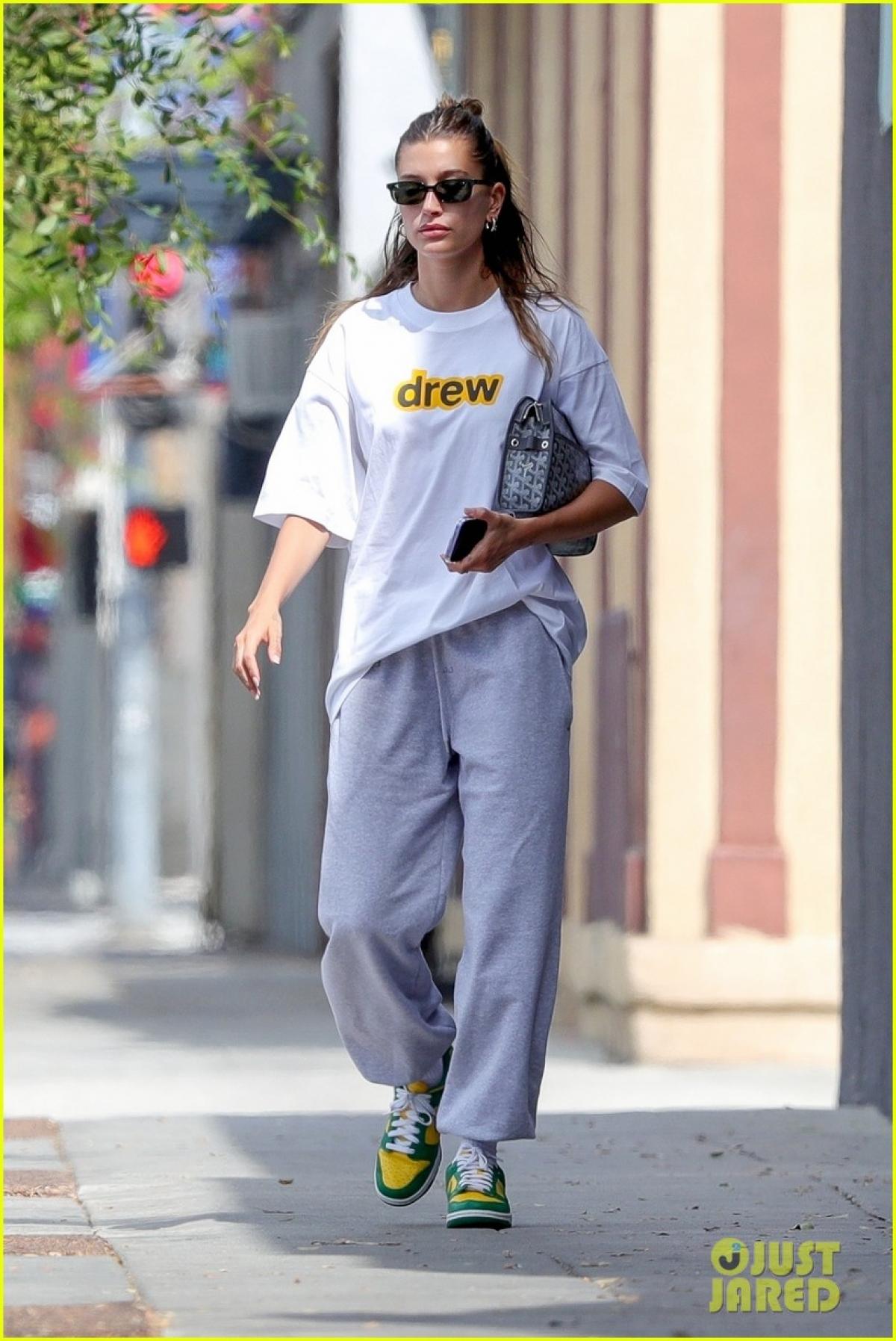 Hailey Baldwin đến cơ sở spa sau khi ăn trưa cùng ông xã - Justin Bieber ở Los Angeles.