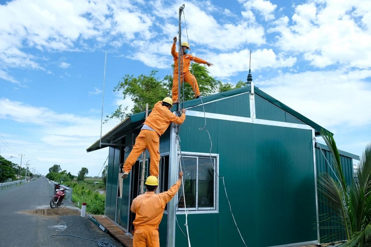 Ngành điện miền Nam thường xuyên kiểm tra, bảo trì lưới điện trước mùa mưa bão