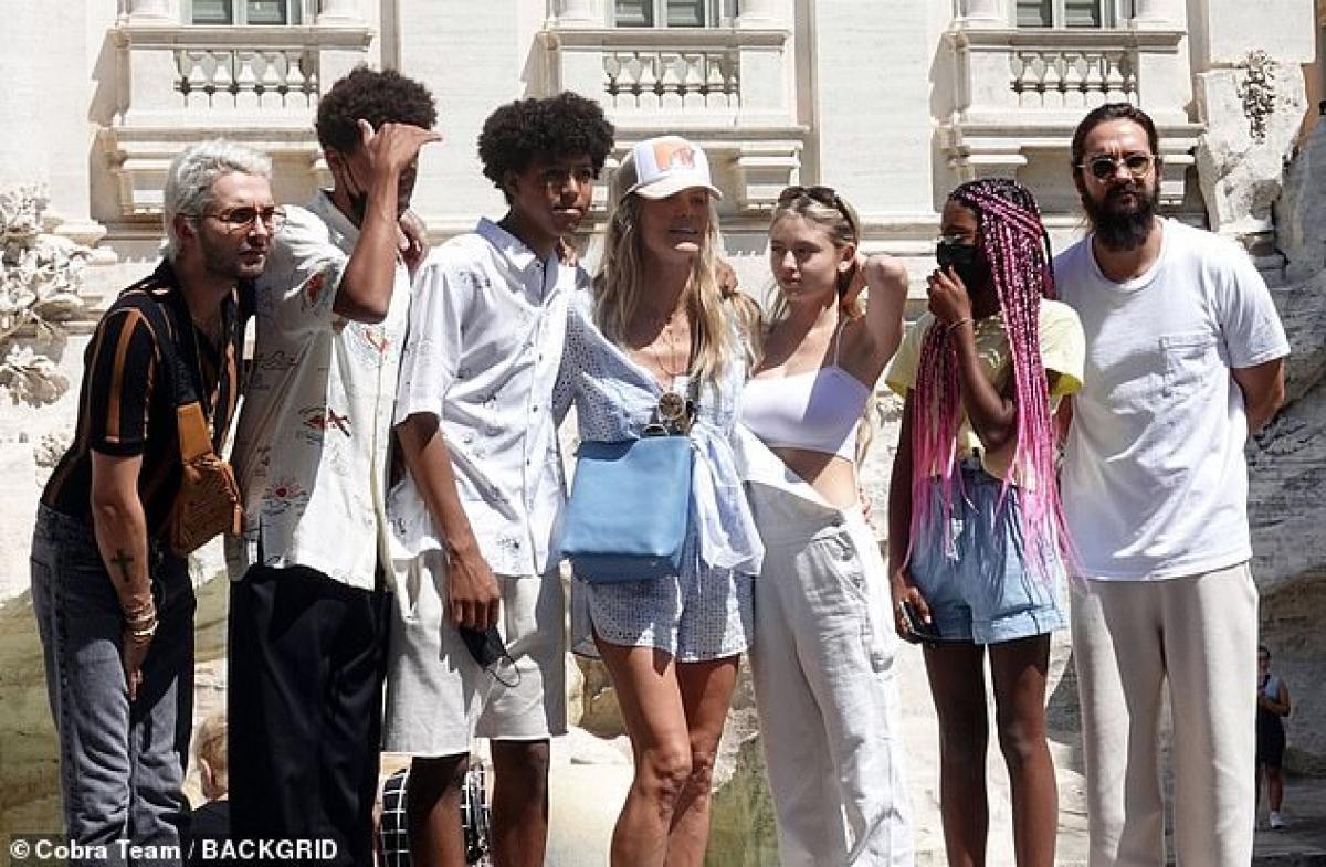 Bốn người con của Heidi Klum cùng em trai song sinh của Tom Kaulitz (trái) cũng xuất hiện trong chuyến đi này.