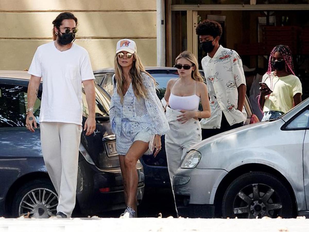 Heidi Klum được biết đến là một trong những siêu mẫu đình đám nhất thập niên 1990. Cô cũng là thiên thần đời đầu của hãng nội y danh tiếng Victoria's Secret.