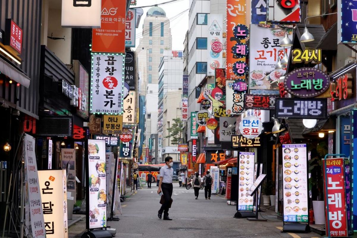 Đường phố Seoul trở nên vắng vẻ do các quy định giãn cách xã hội và nhiều công ty cho nhân viên làm việc tại nhà. Ảnh: Reuters