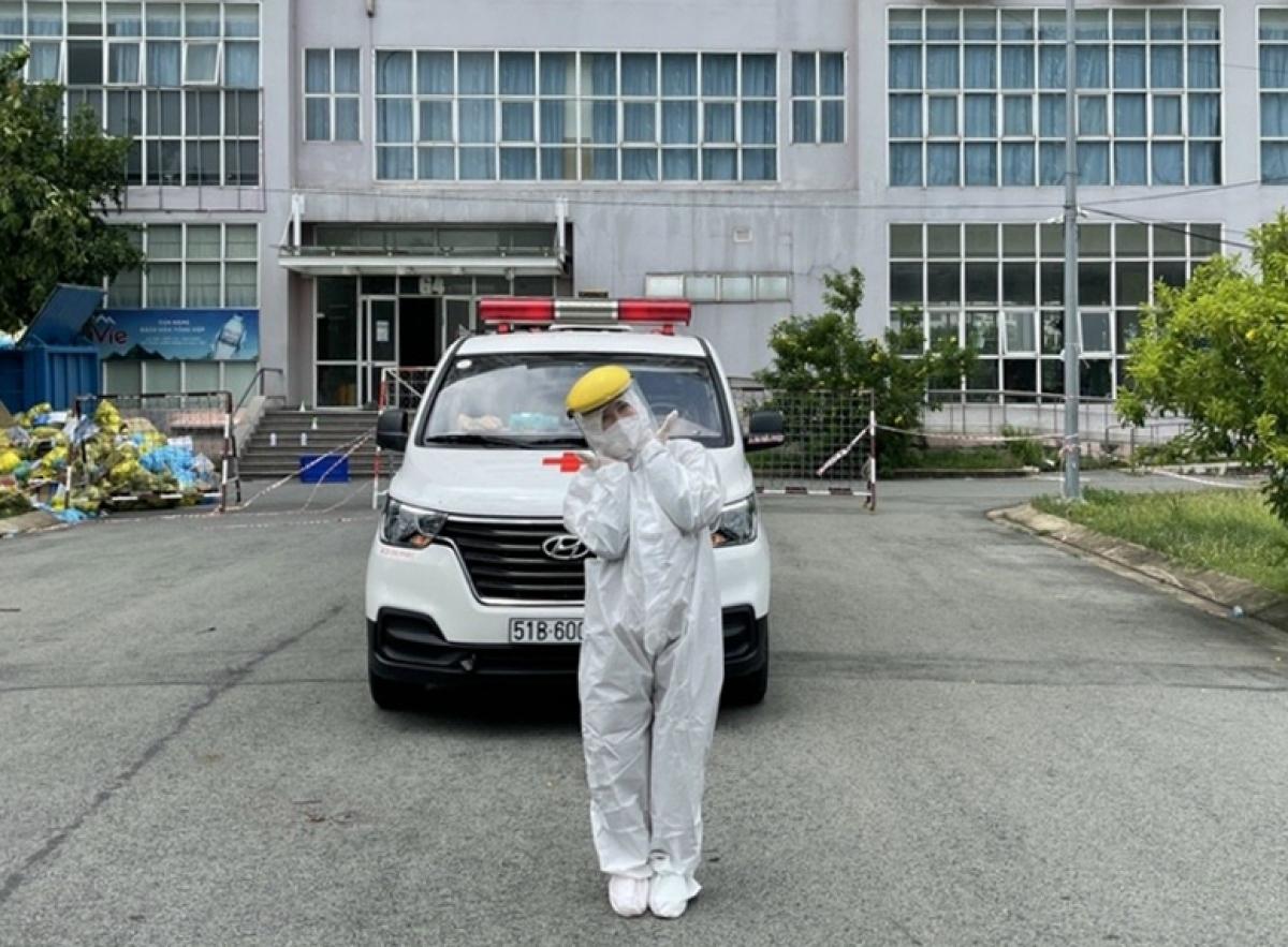 Hà Nhi và chiếc xe chở bệnh nhân (Ảnh: NVCC)
