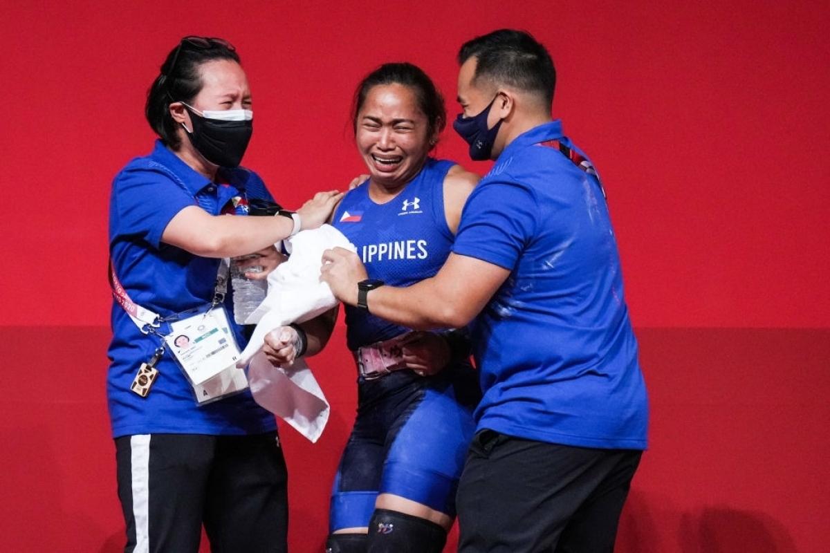 Hidilyn Diaz và ban huấn luyện đội cử tạ Philippines đã khóc như mưa sau khi giành HCV (Ảnh: Getty).