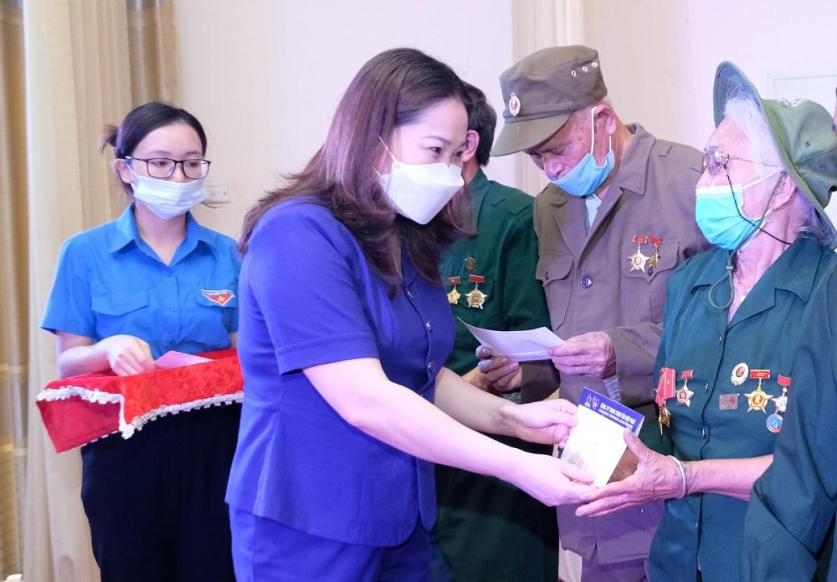 Bà Vũ Thị Hiền Hạnh - Phó Chủ tịch UBND tỉnh Yên Bái tặng quà các cựu TNXP