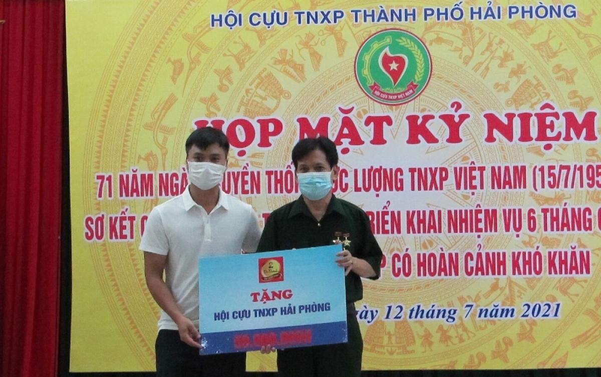 Đại diện BTC trao tặng bảng tượng trưng của Tập đoàn Tân Hiệp Phát cho Hội Cựu TNXP TP Hải Phòng