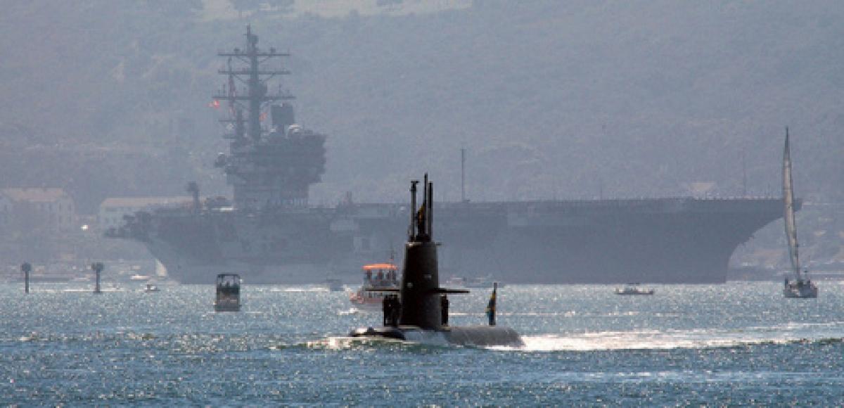 Tàu ngầm HSMS Gotland và tàu sân bay Mỹ ở phía sau. Ảnh: National Interest.