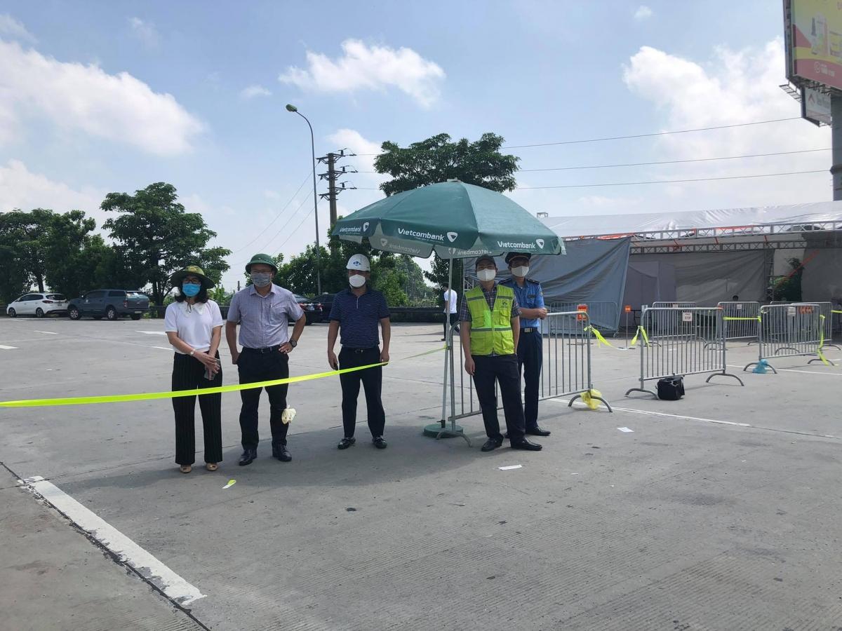 Lãnh đạo Ủy ban ATGT Quốc gia và Tổng Cục đường bộ Việt Nam tại khu vực chốt kiểm dịch đầu trạm thu phí BOPT Pháp Vân-Cầu Giẽ ngày 24/7.