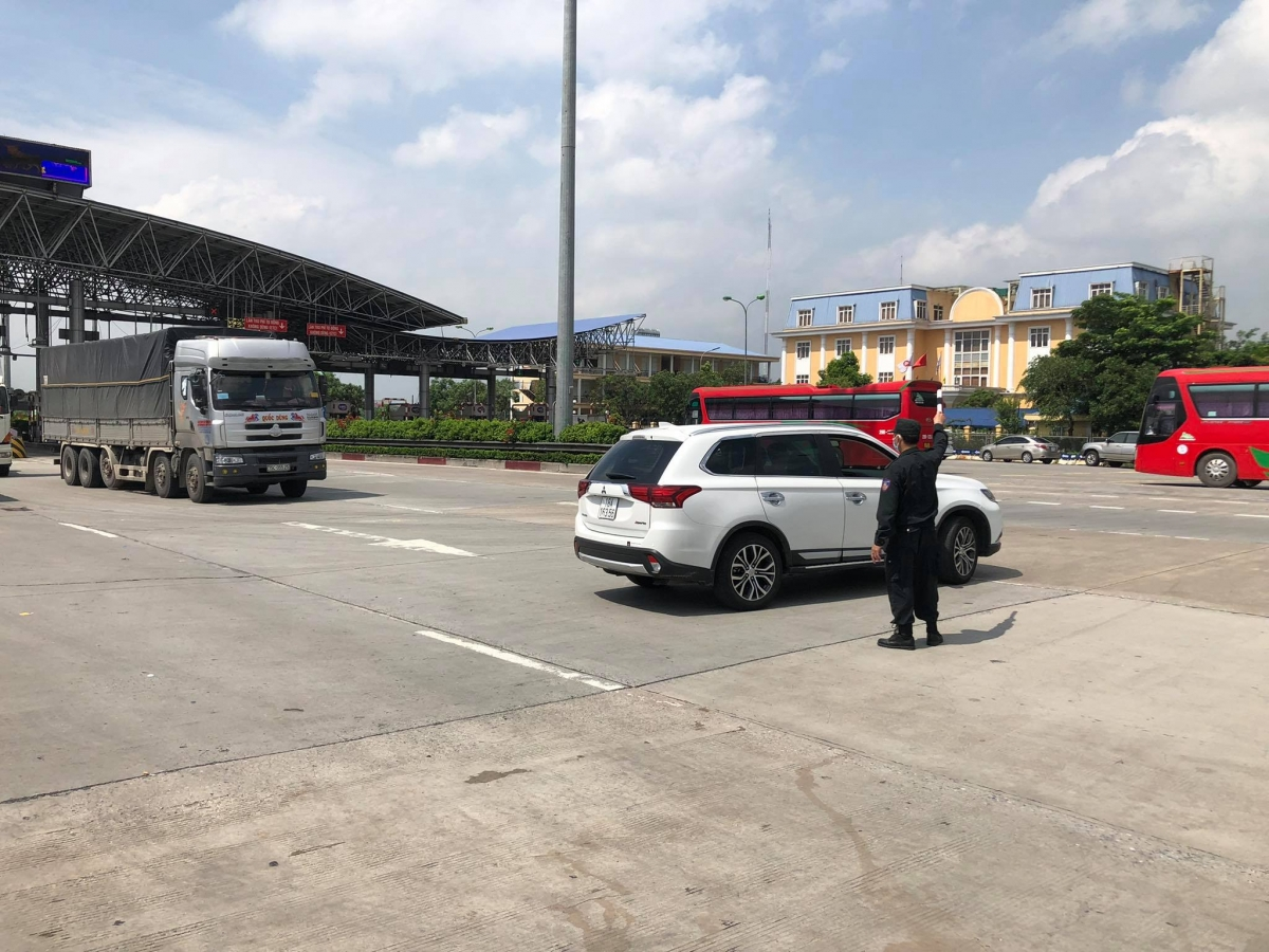 Hàng loạt các phương tiện được yêu cầu quay đầu khiến cao tốc Pháp Vân - Cầu Giẽ ùn tắc dài chiều vào Hà Nội.