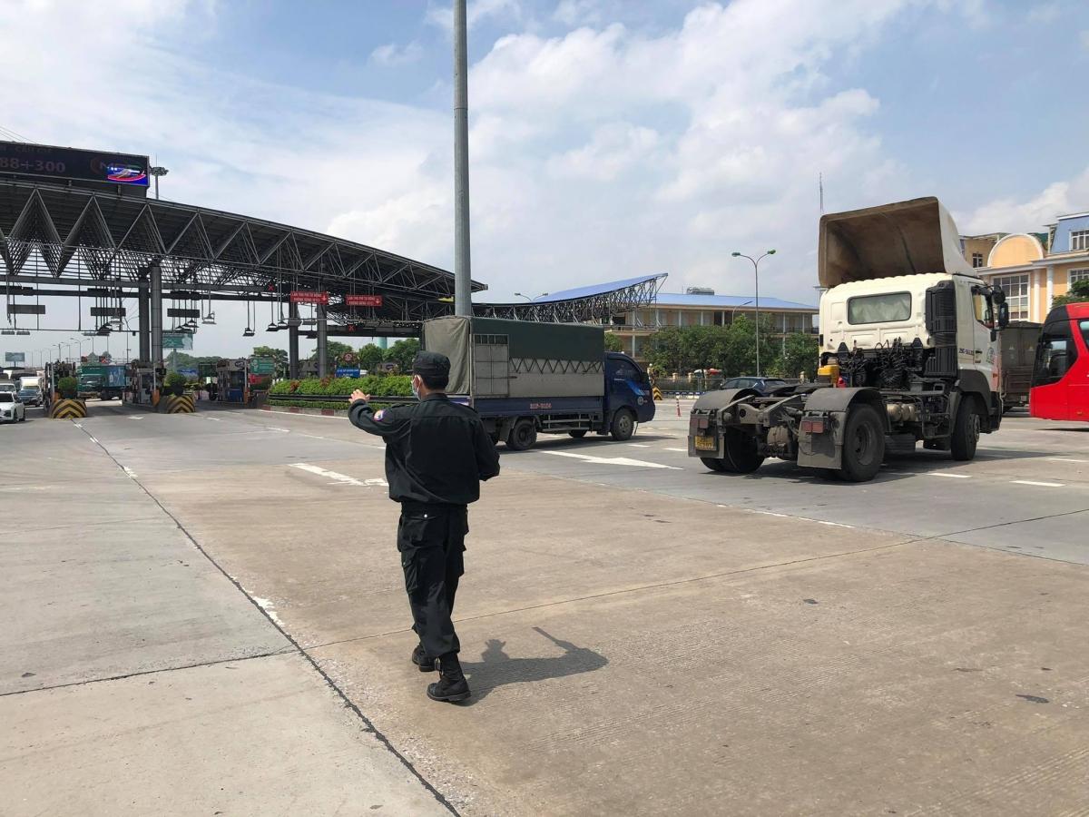 """Ghi nhận của phóng viên tại chốt kiểm dịchCovid-19trên cao tốc Pháp Vân - Cầu Giẽ, lực lượng chức năng lập barie, chăng dây ngang cao tốc, chỉ để hở 1 làn xe cho các phương tiện đủ điều kiện đi """"luồng xanh"""" qua sau khi đã kiểm tra."""
