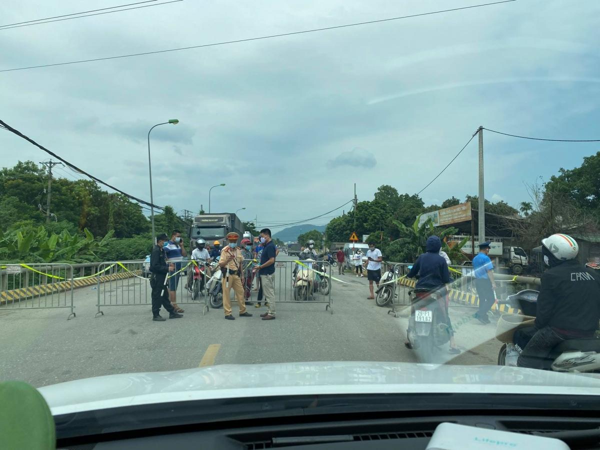 """Tất cả xe từ tỉnh ngoài vào Hà Nội phải quay đầu trừ xe """"LUỒNG XANH"""". Đến trưa nay, các chốt kiểm soát dịch đang dịch chuyển ra địa điểm giáp ranh giữa tỉnh ngoài và Hà Nội để đảm bảo xe không phải quay đầu trên địa bàn Hà Nội."""