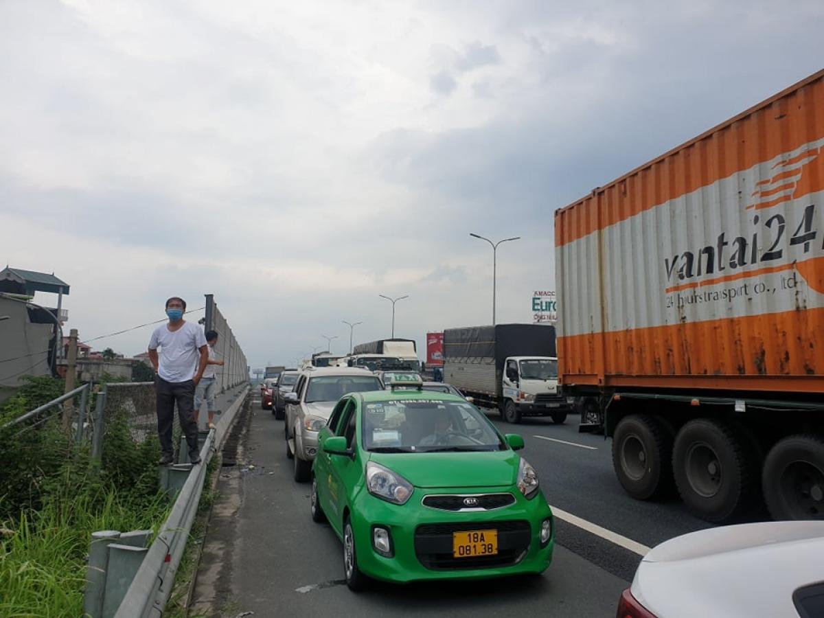 Ùn tắc trên QL1 đoạn qua cầu Phù Đổng trên địa bàn TP Hà Nội sáng 24/7.
