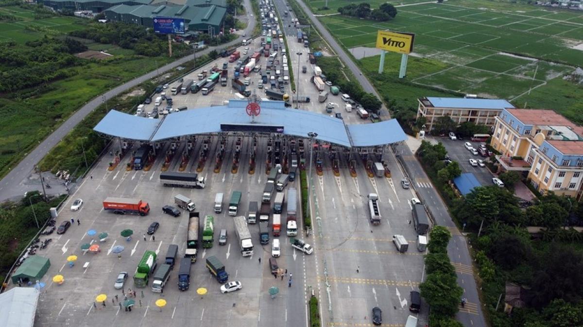 Nhiều xe phải quay đầu tại trạm kiểm soát trạm thu phí Pháp Vân - Câu Giẽ vào sáng 24/7.
