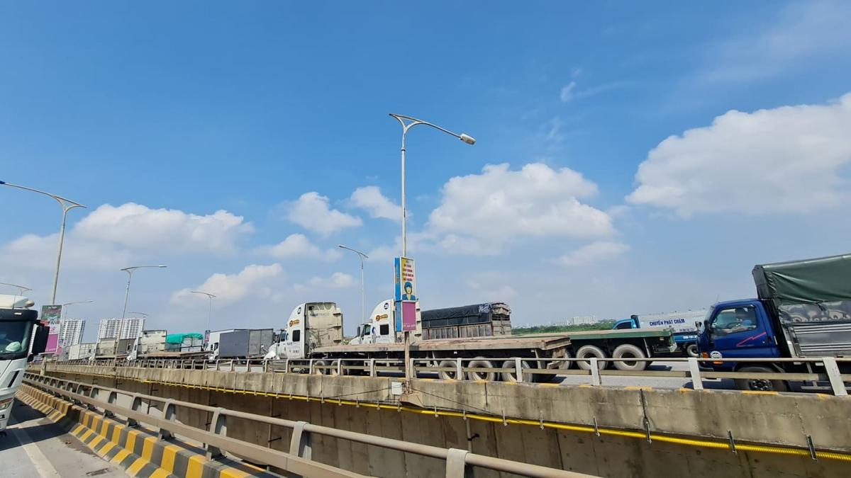 Trên tuyến Quốc lộ 1A hướng từ Lạng Sơn về Hà Nội, nhiều xe tải, xe ô tô con cũng buộc phải quay đầu khiến giao thông bị ùn tắc từ sáng sớm.