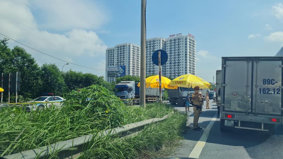 Lực lượng liên ngành gồm CSGT, TTGT, quân đội, y tế túc trực 24/24 giờ kiểm tra từng phương tiện ra vào thành phố Hà Nội tại chốt Pháp Vân - Cầu Giẽ kiểm tra tất cả các xe.