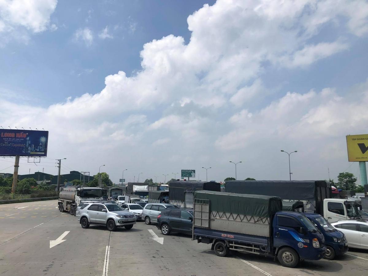 Nhiều tài xế phải quay đầu vì không có giấy xét nghiệm tại chốt kiểm soát vào Hà Nội.