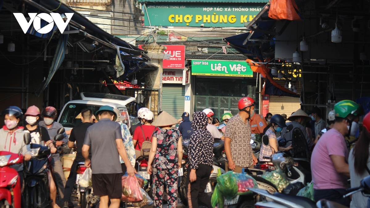 July 24, the first day when restrictive measures are in effect, also sees a sudden increase in the number of buyers heading to local wet markets.