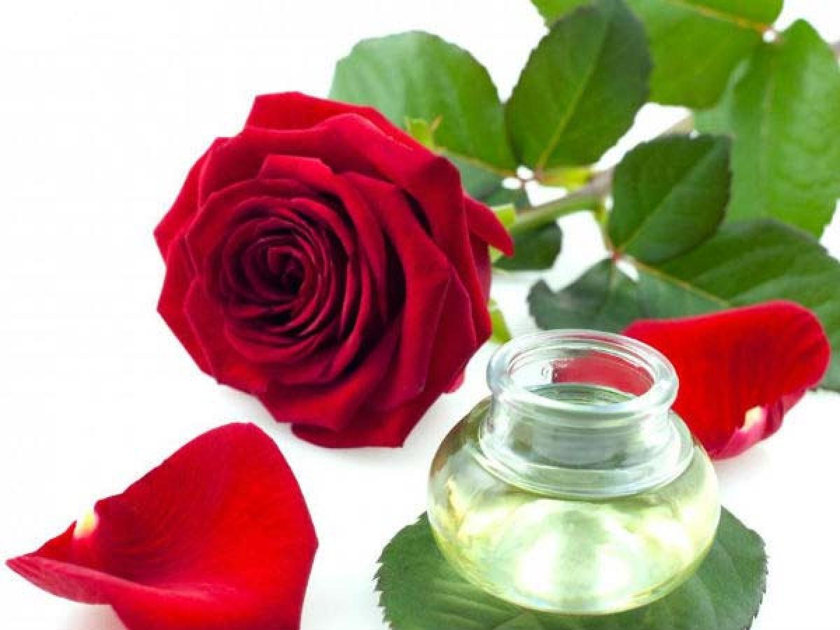 Tinh dầu hoa hồng: Tinh dầu hoa hồng có tác động đến các hoạt động nội tiết và chức năng của các tuyến tiết hormone trong cơ thể. Tinh dầu hoa hồng có thể giúp phụ nữ sau sinh ổn định tâm trạng và giảm các triệu chứng trầm cảm sau sinh. Tinh dầu hoa hồng còn có khả năng hỗ trợ điều trị liệt dương ở nam giới.