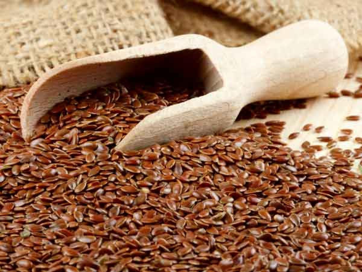 Hạt lanh: Các hóa chất thực vật có tên là phytoestrogen có trong hạt lanh có thể giúp giảm tình trạng bốc hỏa và các triệu chứng mãn kinh khác. Flaxseed còn rất giàu omega-3 và các dưỡng chất thực vật giúp cân bằng nội tiết./.