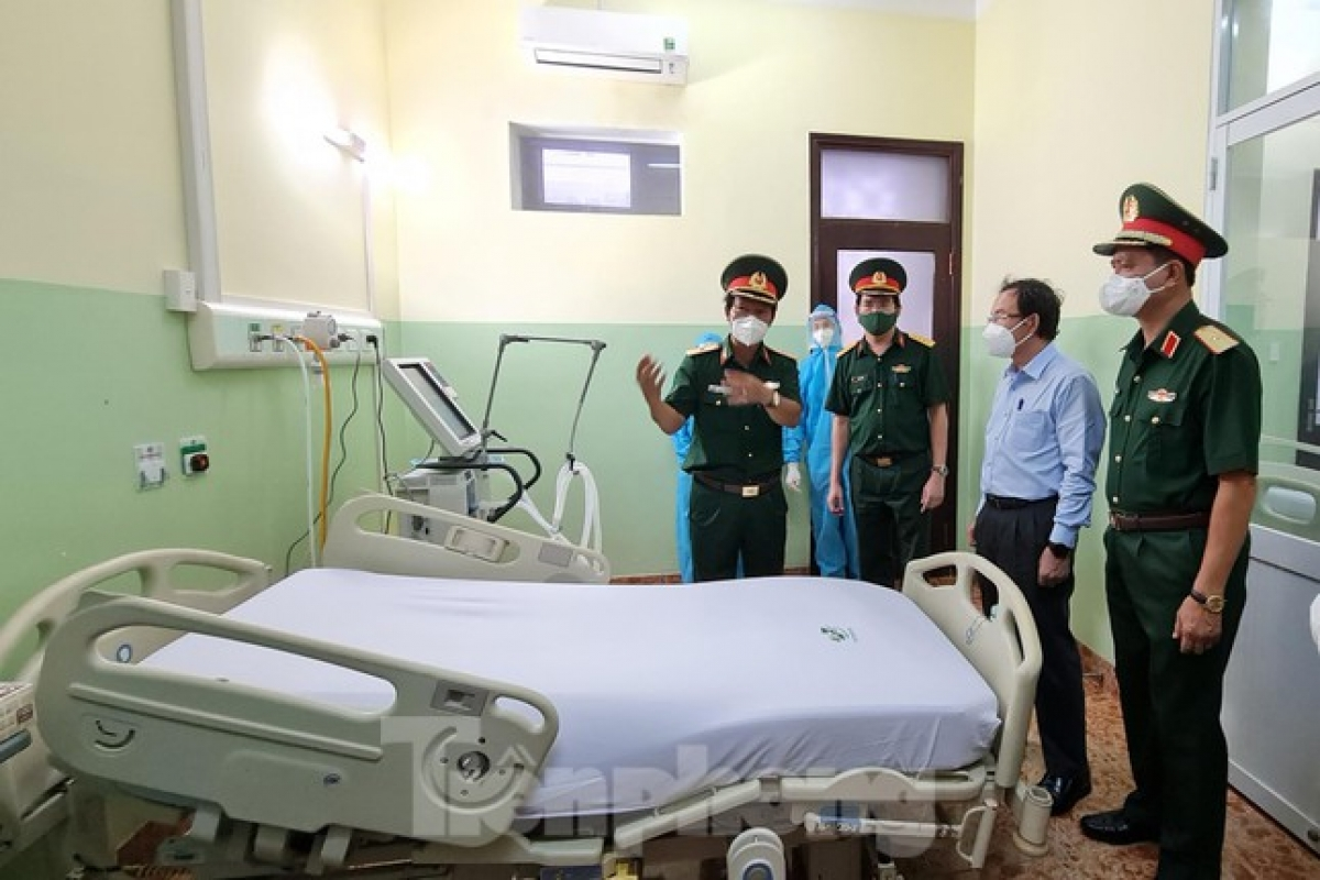 Maj. Gen. Nguyen Hong Son, director of the 175 Military Hospital, says all staff must put in every effort to establish the centre in just one day in order to help reduce the overload faced by many hospitals throughout the southern city.