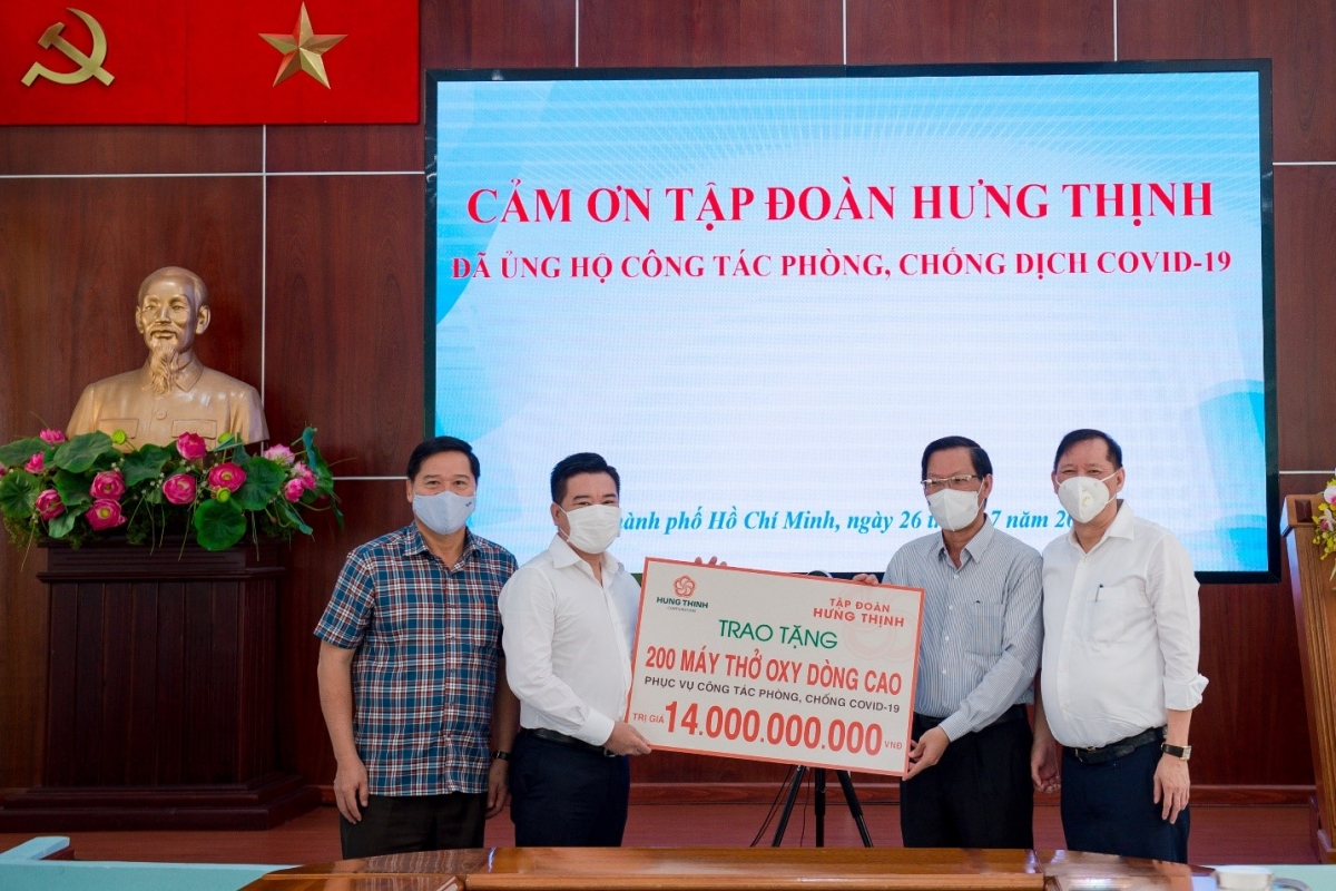Ông Nguyễn Đình Trung – Chủ tịch Tập đoàn Hưng Thịnh (thứ 2 từ trái sang) trao tặng 200 máy thở oxy dòng cao trị giá 14 tỷ đồng cho ông Phan Văn Mãi - Ủy viên Trung ương Đảng, Phó Bí thư Thường trực Thành ủy TP.HCM (thứ 2 từ phải sang).
