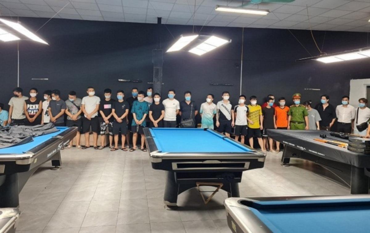 Công an quận Nam Từ Liêm xử lý cơ sở Bi-a Club (Số 10, ngõ 57, đường Nguyễn Hoàng, phường Mỹ Đình 2) tập trung 27 người hoạt động giữa mùa dịch.