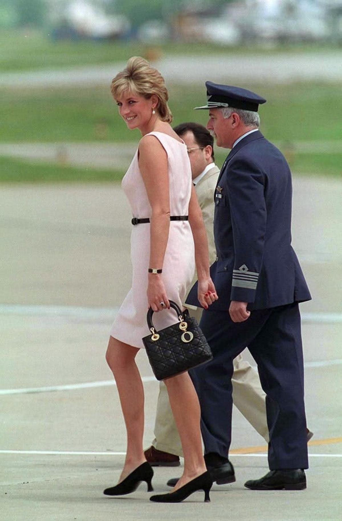 Công nương Diana và chiếc túi xách Lady Dior.