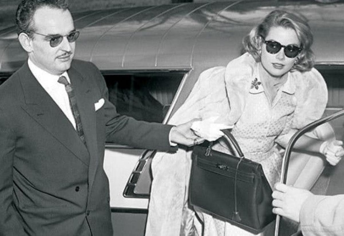 Năm 1977,Hermès đổi tên cho chiếc túi theo tên Công nương Grace Kelly.