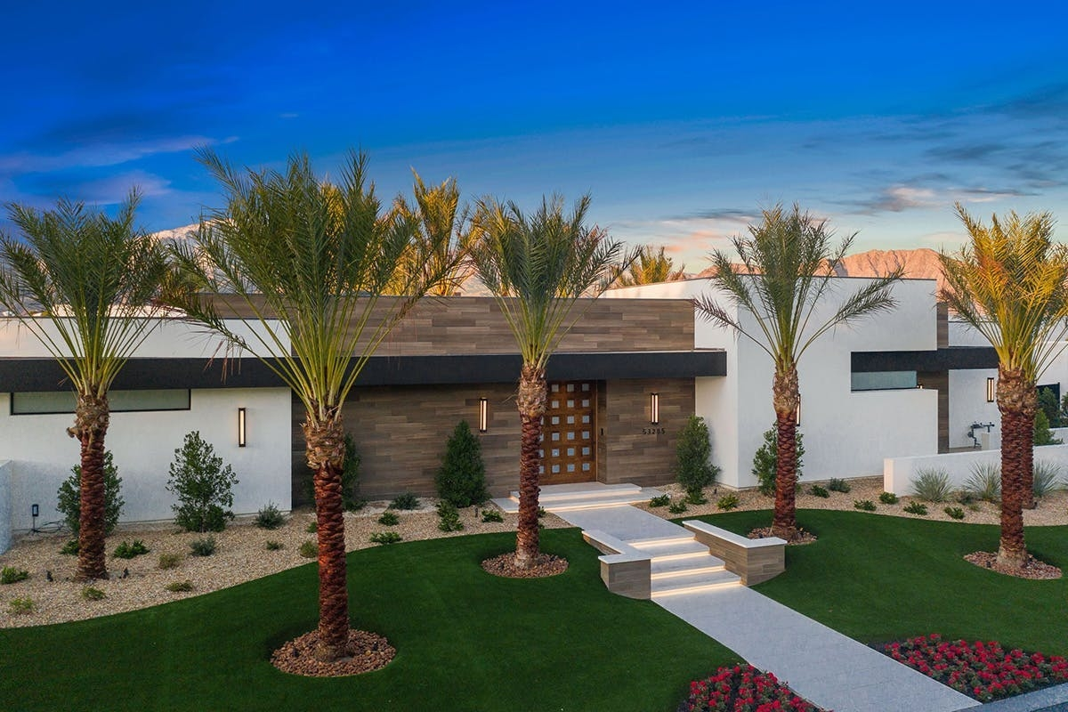 Mới đây, Kourtney Kardashian đã thêm vào danh sách bất động sản của mình, căn biệt thự trị giá 12 triệu USD ởPalm Springs, California.