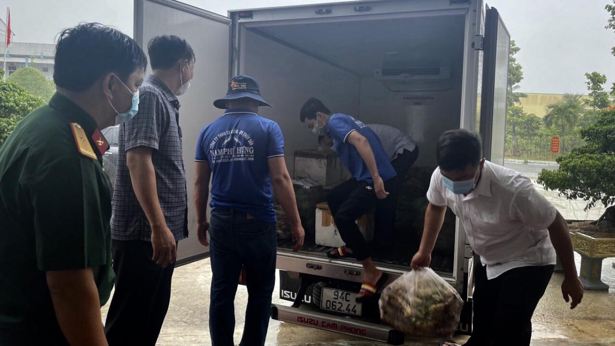 Sau đó cá được đưa vào xe đông lạnh để chở đi hỗ trợ người dân.